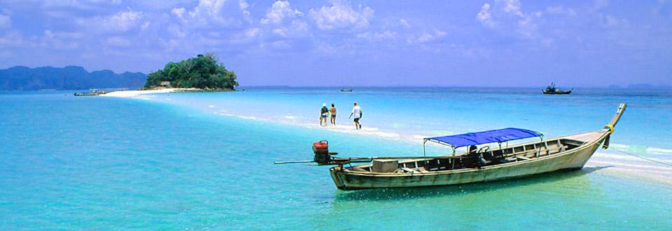 カオラックのビーチとロングテールボート